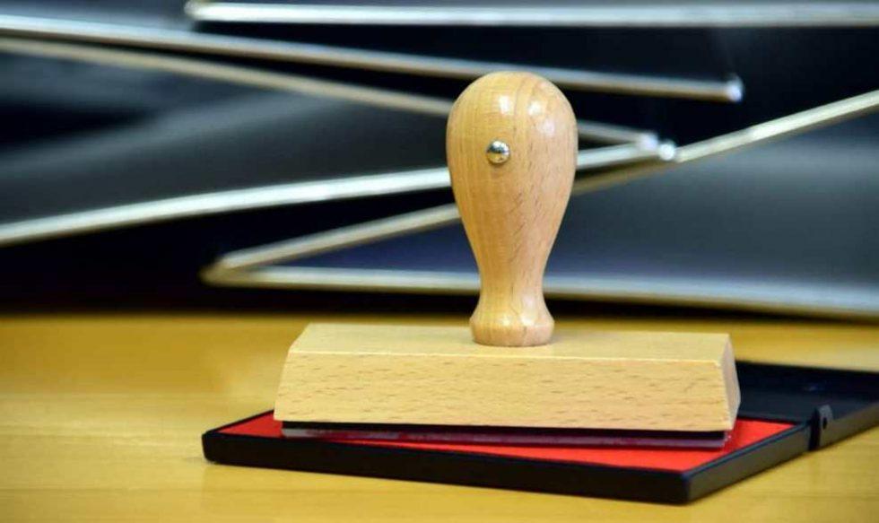 pečat na stolu